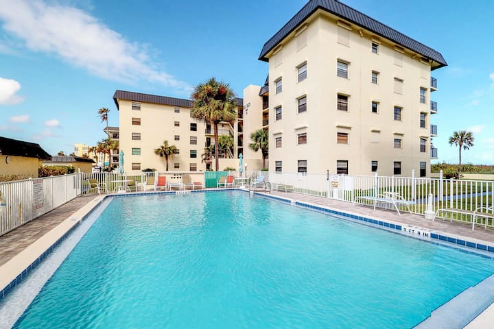 Dog friendly oceanfront condo, with upgraded kitchen, and free WiFi!