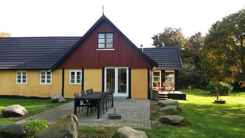 fredeligt beliggende hus i skoven