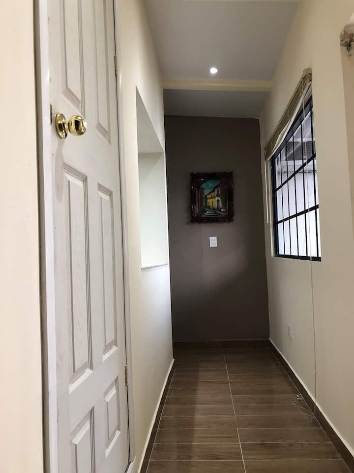 Apartamento con 2 habitaciones, baño, cocina, etc.