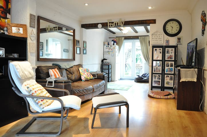 Lovely Spacious 3 Bed 2 Bath House in Hersham - Hersham