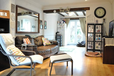 Lovely Spacious 3 Bed 2 Bath House in Hersham - Hersham - 独立屋