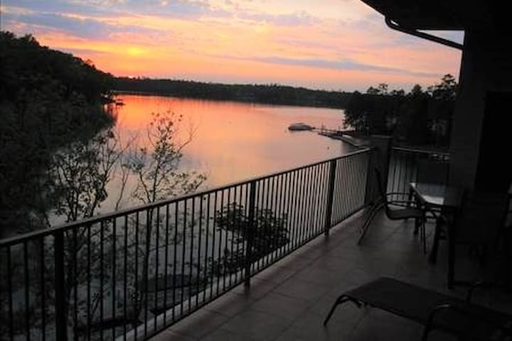 Entire 2000' exquisite lakefront penthouse, pool