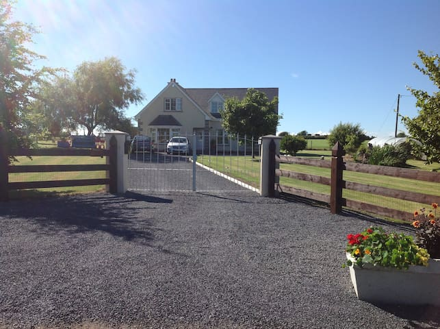 Wexford 10 Mins Family Room €50 - Screen,  - Casa