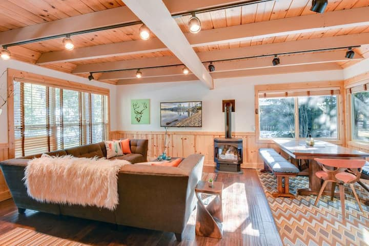 Relaxing Tahoma Cabin with High-End Hot Tub