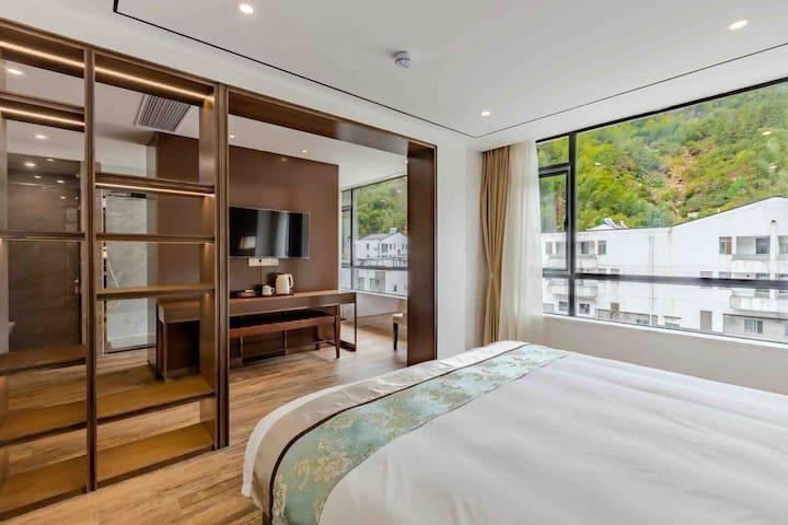 这是一张2.2的大床,带独立弹簧床垫的大床。很舒服
