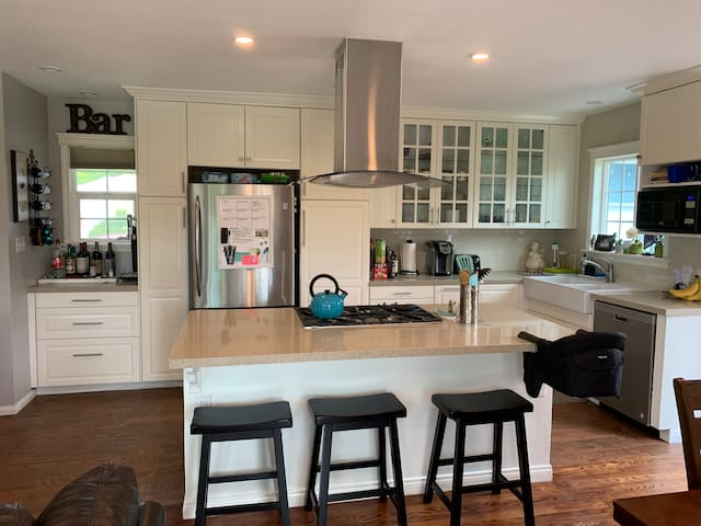 Cute 2 Bedroom Family & Pet Home with Backyard