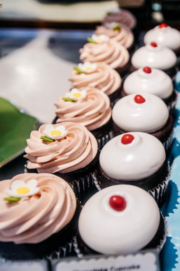 Choose between a cupcake or a macaroon