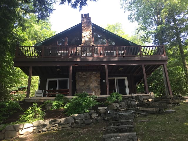 Gorgeous Lakefront Lake George Area Chalet