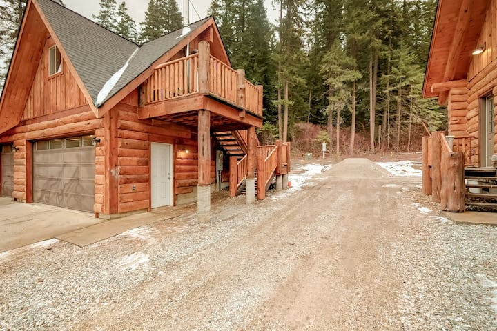 Newly built cabin retreat w/wood stove & forest views