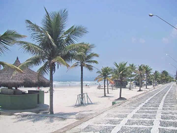 4 suítes na praia da Enseada - 800 mts. da praia.