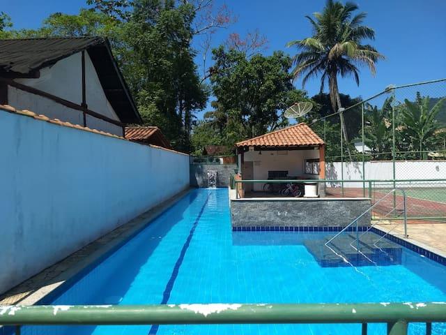 Casa dois quartos com piscina, perto do centro