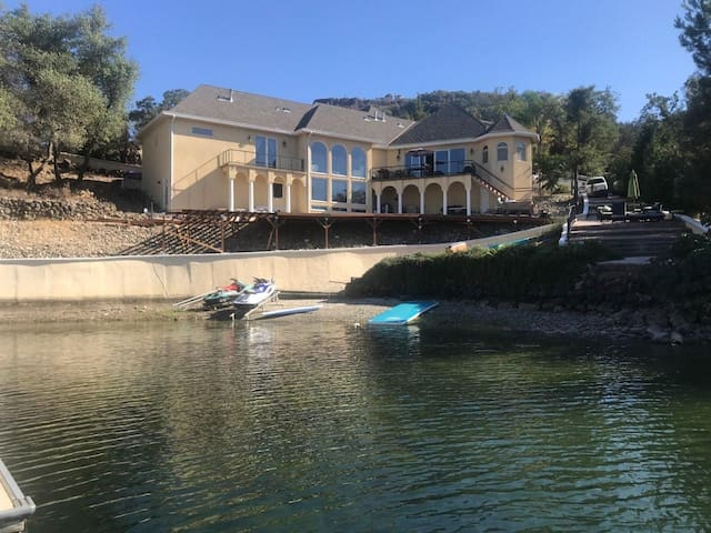 Lake Mansion - Beach and Water Access, TopLocation