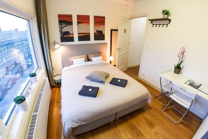 Beautiful room in stylish apartment near CS I