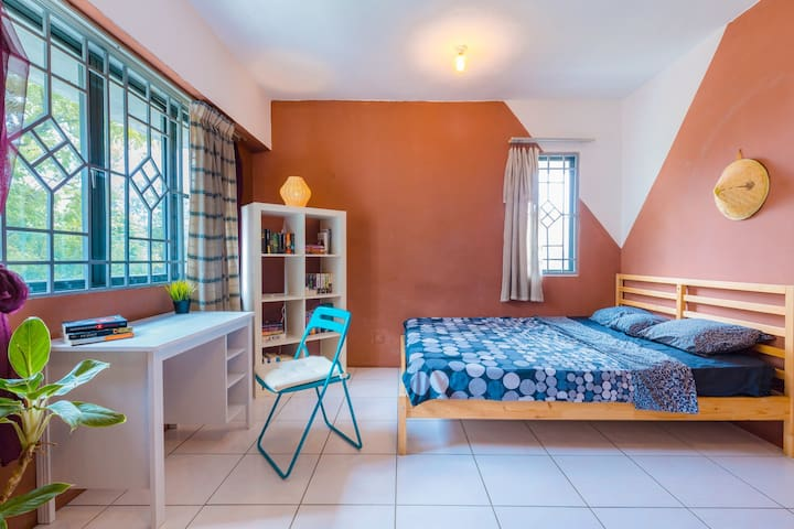 Cozy master bedroom in Center. 40% off Long Stays!