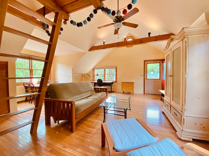 Quiet Getaway in Hadley - Entire Loft Apartment