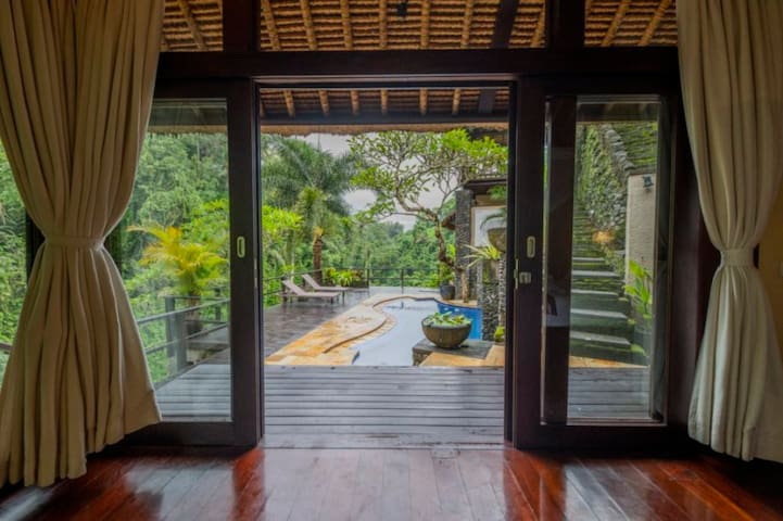Herlina, Airbnb On-Line Guest Review:  ...A very amazing view right in front of ur door, the sound of river and their hospitality will amazed u...