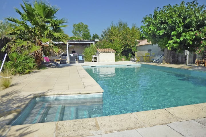 Inviting Cottage in L'isle-Sur-La-Sorgue with Terrace