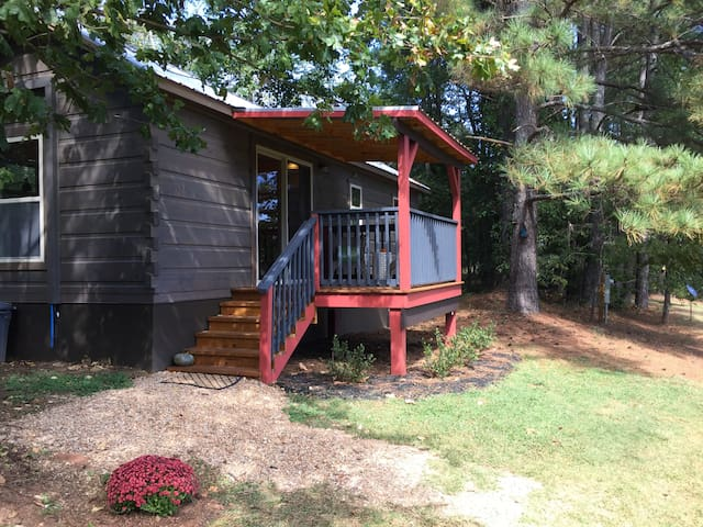 The Tryon Chalet Cabin close to TIEC/Wineries