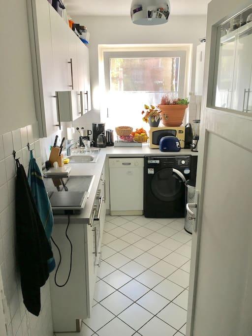 Küche mit Waschmaschine, Spülmaschine und großem Kühlschrank