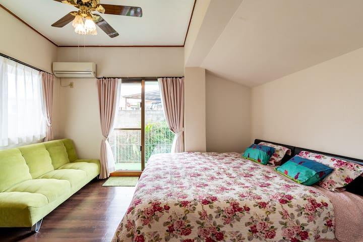 2階の大部屋。キングサイズのベッド。とソファベット1台。室内にトイレとシャワー室が備えております。