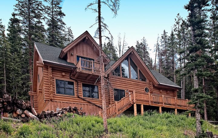Secluded cabin with mountain views, hot tub and pool table