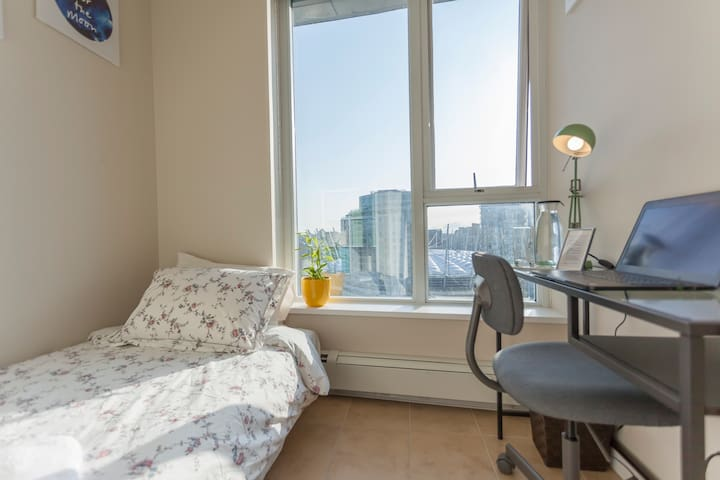 Snug Solarium with great view and amenities