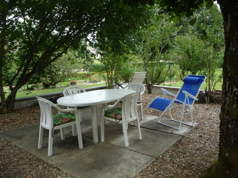 la terrasse à l'ombre où d'autres fauteuils vous attendent, qu'elles seront chouettes les soirées barbecues