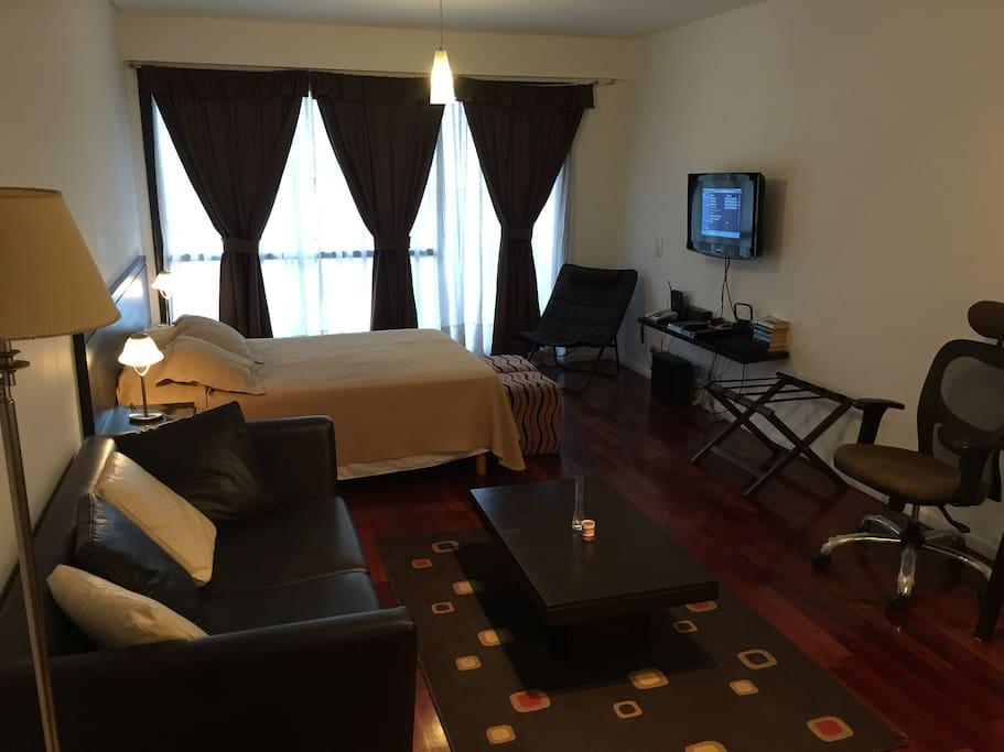 cama doble, sofá, DVD, TV por cable, Telefono, Wi-Fi, balcón. Queen size bed, balcony