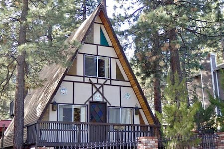 """The Ponderosa"" A funky & fun cabin! - Wrightwood"