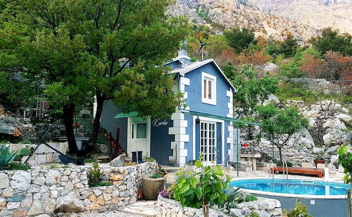 Karla, planinska kuća s bazenom i pogledom na more