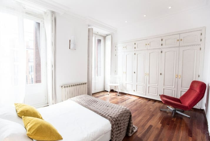 Big private room in Madrid center with jacuzzi...