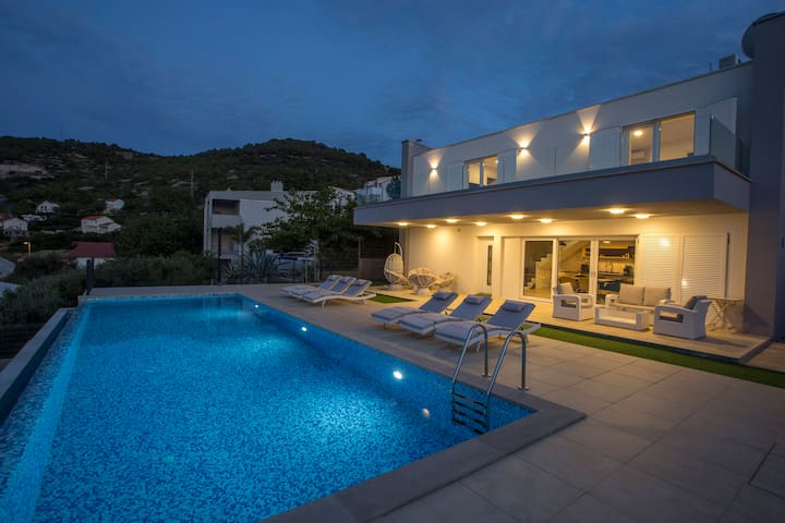 Luxury Blue Villa Onix with Private Pool Vis
