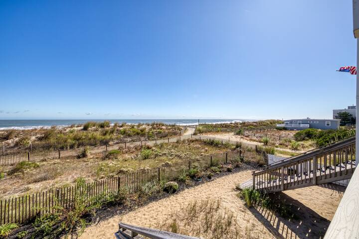 Oceanfront condo w/direct beach access, and free WiFi!