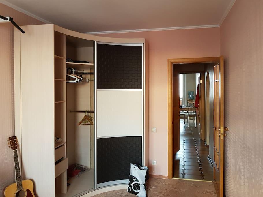 гостевая комната с балконом.