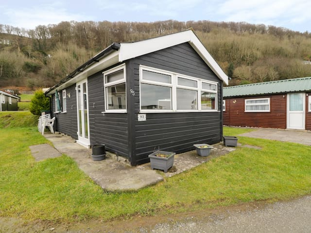 CHALET 95, pet friendly, with pool in Aberystwyth, Ref 949009