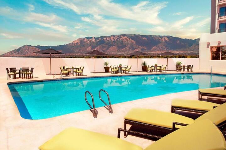 Comfy, Modern King Unit, Pool, Onsite Restaurant