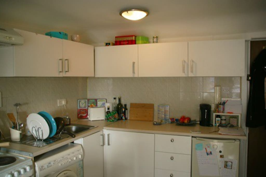 Guests are free to use all the kitchen amenities: electric plaques, oven, grill, toaster, kettle and espresso maker.