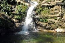 No final do Bairro do Sertão do Cambury, cerca de 2,8 km do residencial, passando por uma trilha de nível médio, está localizada essa belíssima cachoeira, essa é apenas uma das quedas, há outras  duas.