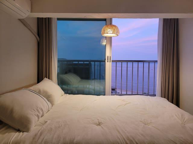 해질녘 예블리네 복층 침대에서 바라본 바다뷰 이 곳에서 새벽에 깨어 보는 바다와 지평선 일출 그리고 해질녘 일몰은 정말 환상적이랍니다!
