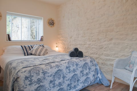 Charming private studio, own entrance dog friendly