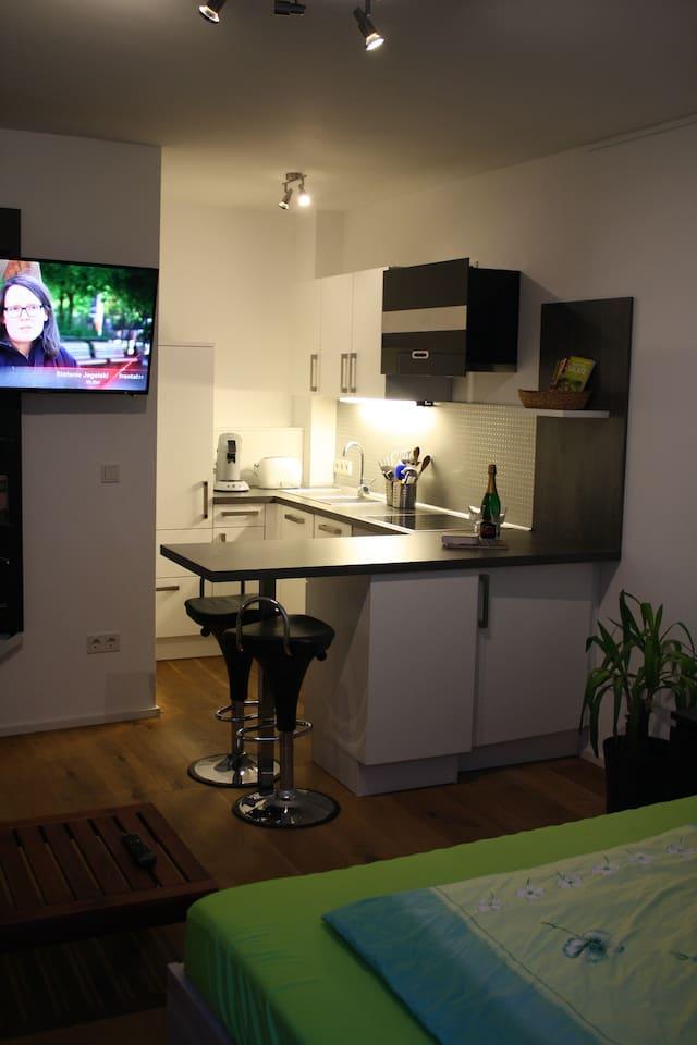 In diesem kleinen Appartment lädt die harmonisch integrierte Küche auch zu längeren Aufenthalten ein