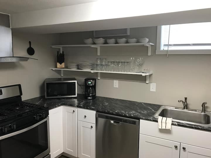Freshly remodeled unit & Close to Airport