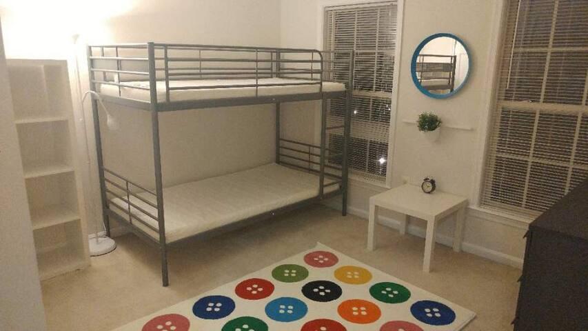 Private bedroom w/ bunker bed 2 - Centreville - Stadswoning