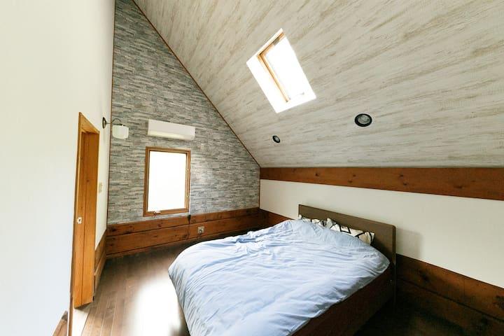 ダブルベッドの寝室