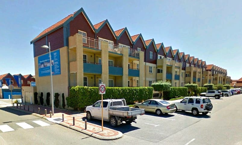 2 bedroom serviced apartment with ocean views - Hillarys - Apartment-Hotel
