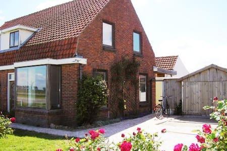Haus mit Blick auf den Deich - Nieuwvliet