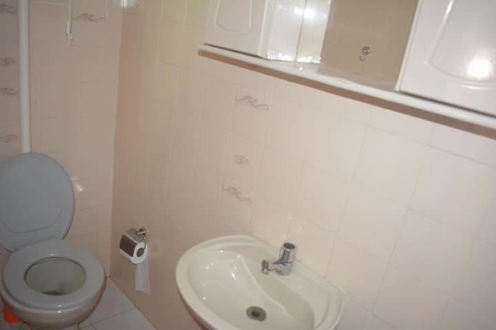 Banheiro da segunda suíte , segundo andar.