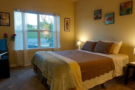 Cozy Room in CRC Near Lane Stadium & Next to VCOM! - Huoneisto