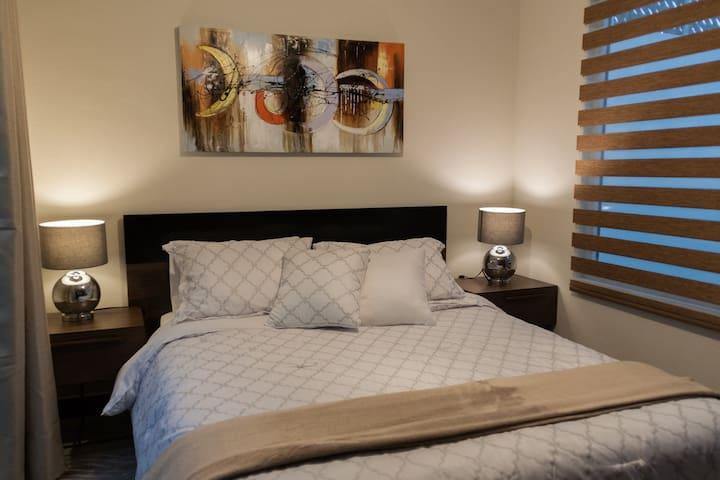 Dormitorio con cama Queen Size y closet amplio.
