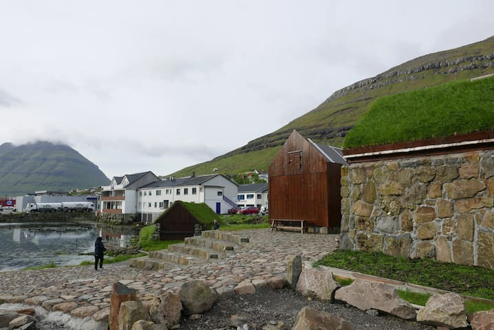 Bo midt i centrum med udsigt over Klaksvíks bugt